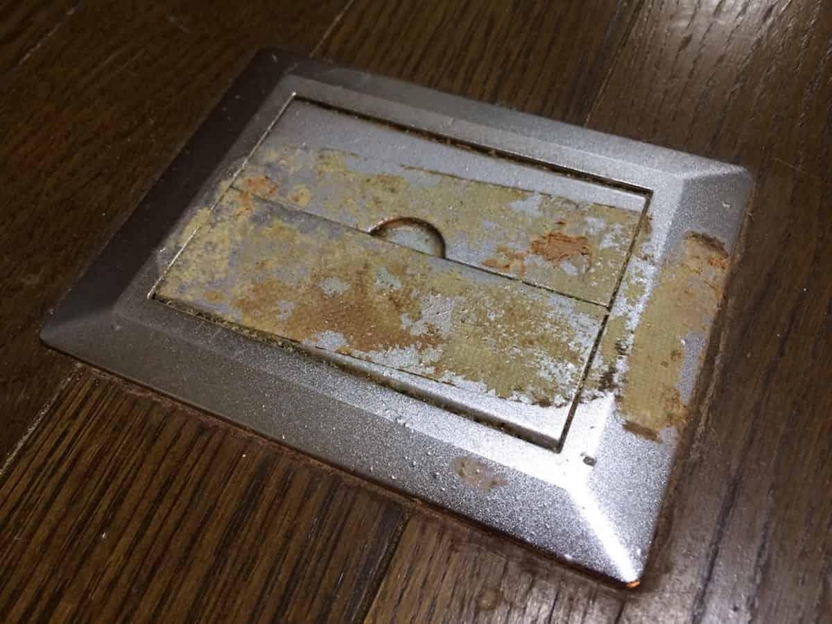 床にこびりついたガムテープの粘着汚れ