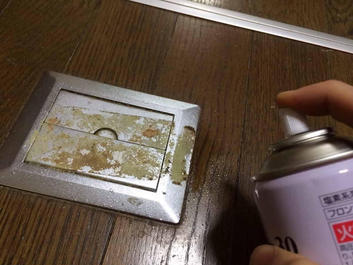 3Mクリーナー30をガムテープの粘着汚れに吹きかける