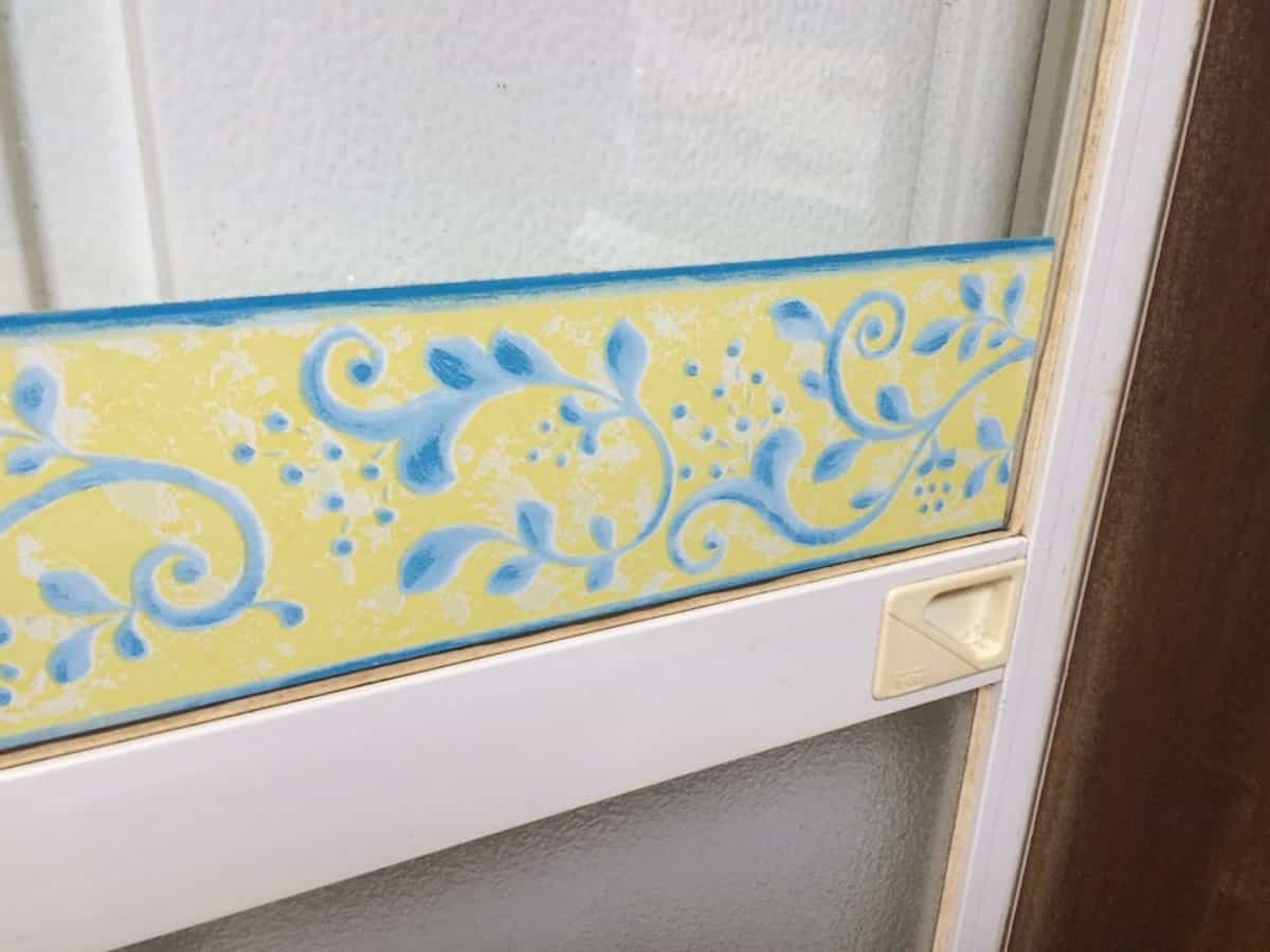 窓に貼り付けられたシール