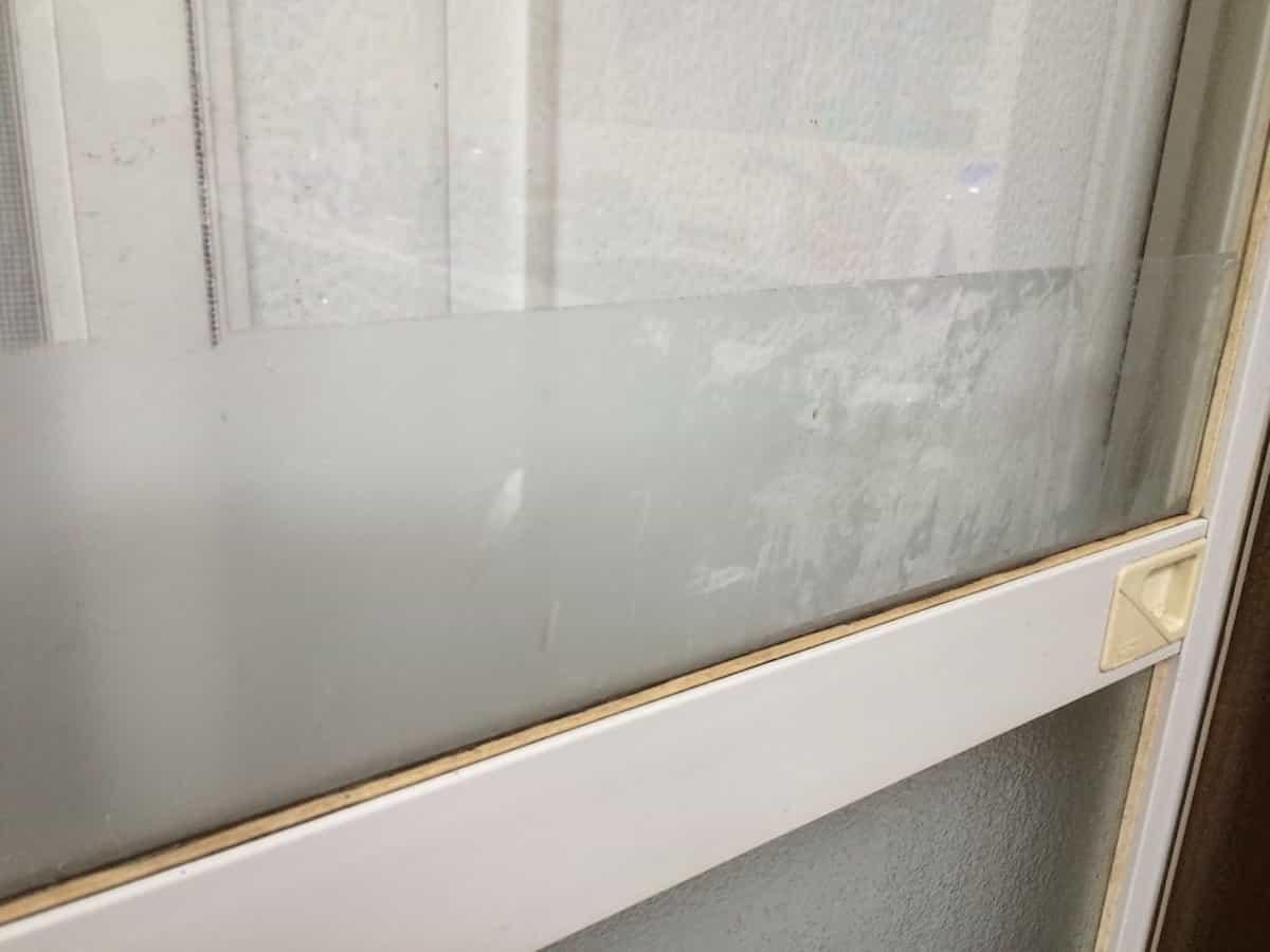 窓ガラスに残ったシールのベタベタした粘着汚れ