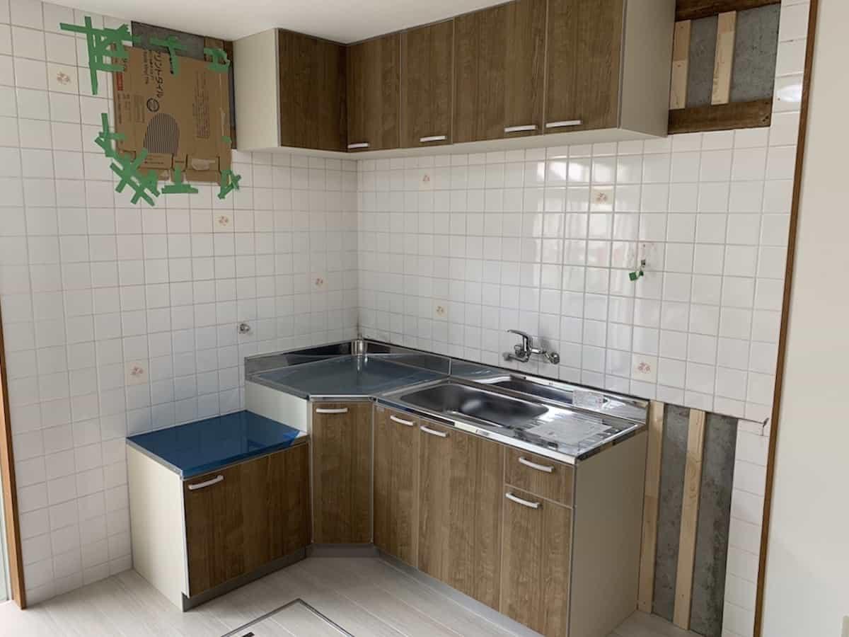 キッチンとタイル壁
