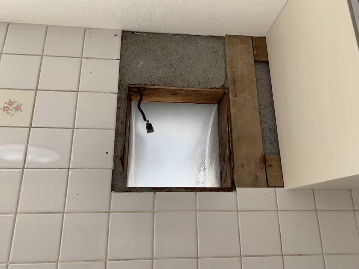 今回穴をあけるレンジフード取り付け部分のタイル壁