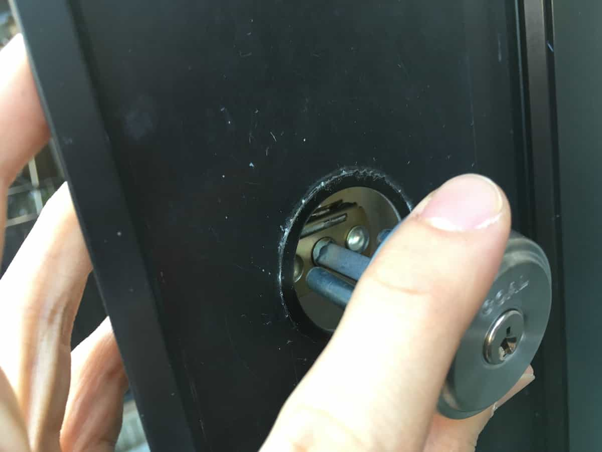 外側の新しい鍵シリンダーを取り付ける様子