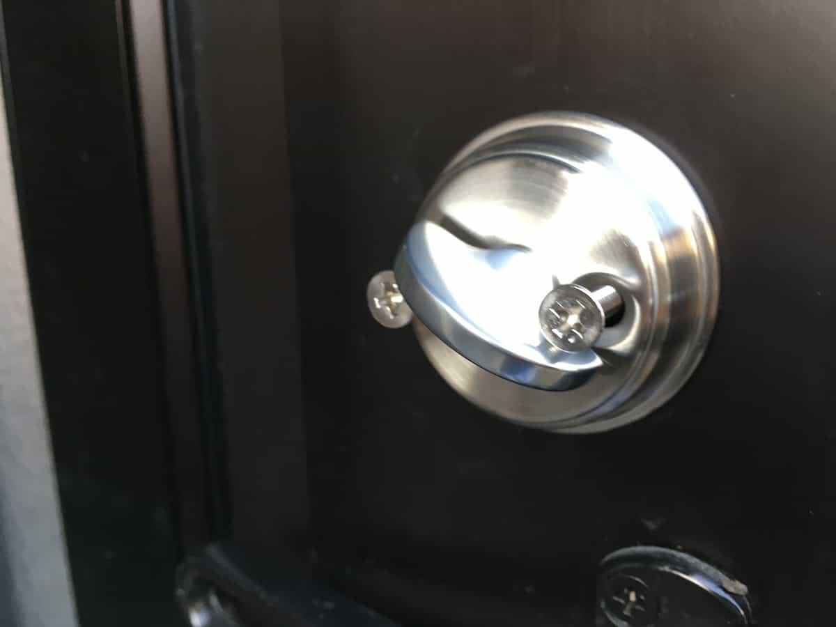 内側の鍵シリンダーにねじ2本差し込んだ様子