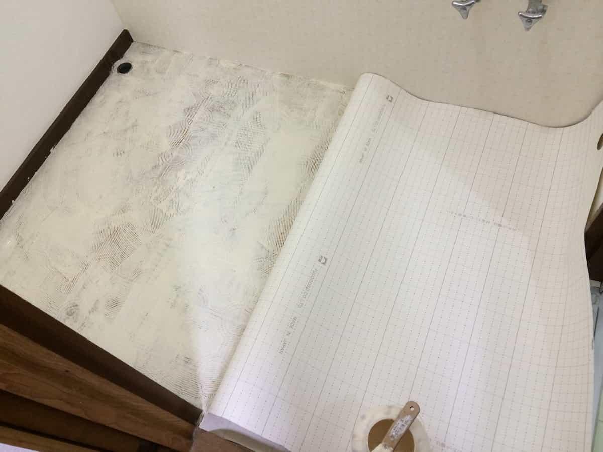 洗面所の床にクッションフロア専用接着剤を塗る