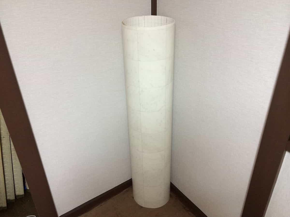 洗面所の床の大きさより少し大きめに切った新しいクッションフロア(CF・床シート)