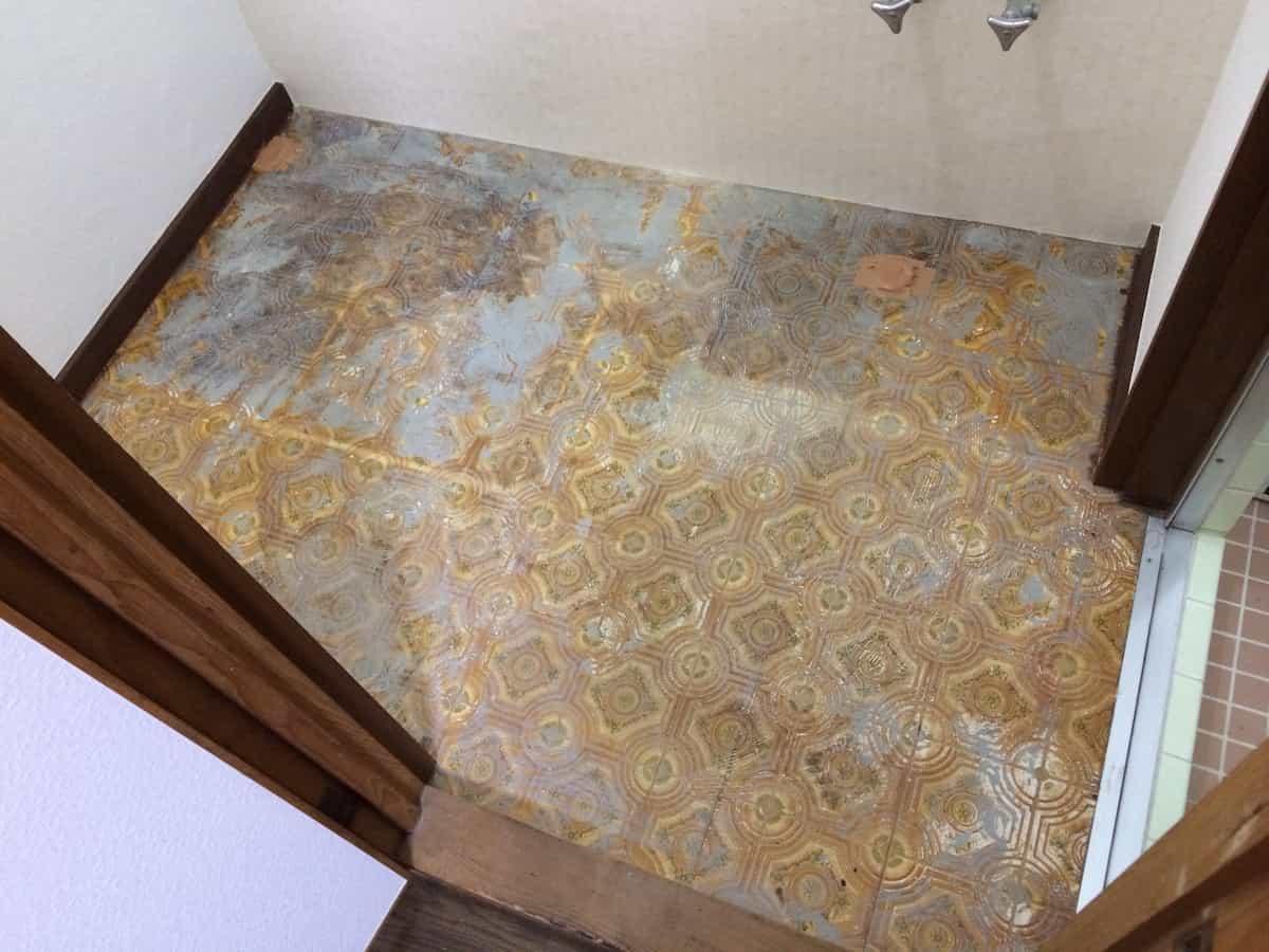 クッションフロアを貼り付ける前の洗面所(脱衣場)の床