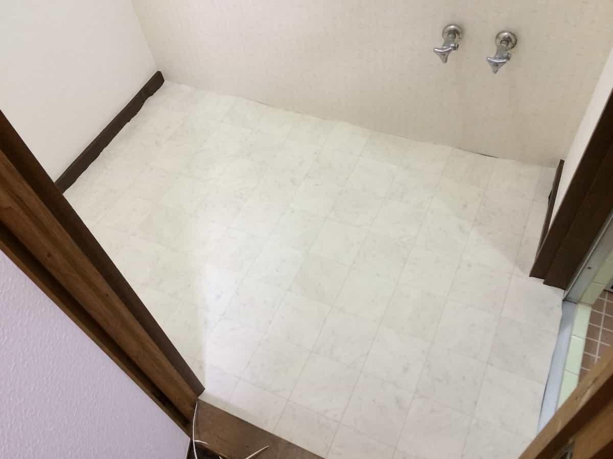 新しいクッションフロア(CF・床シート)を洗面所の床に合わせてカットした様子