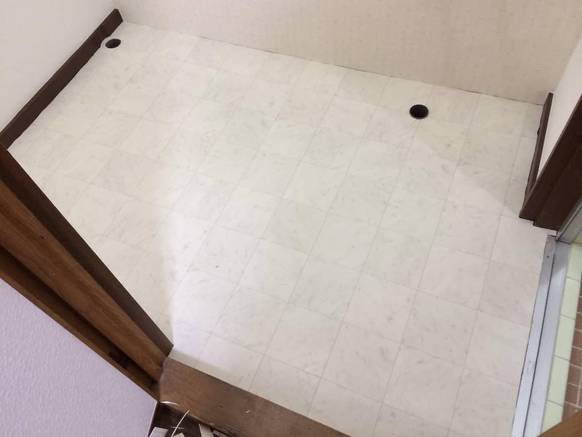 新しいクッションフロア(CF・床シート)を貼り付けた後の洗面所(脱衣場)の床