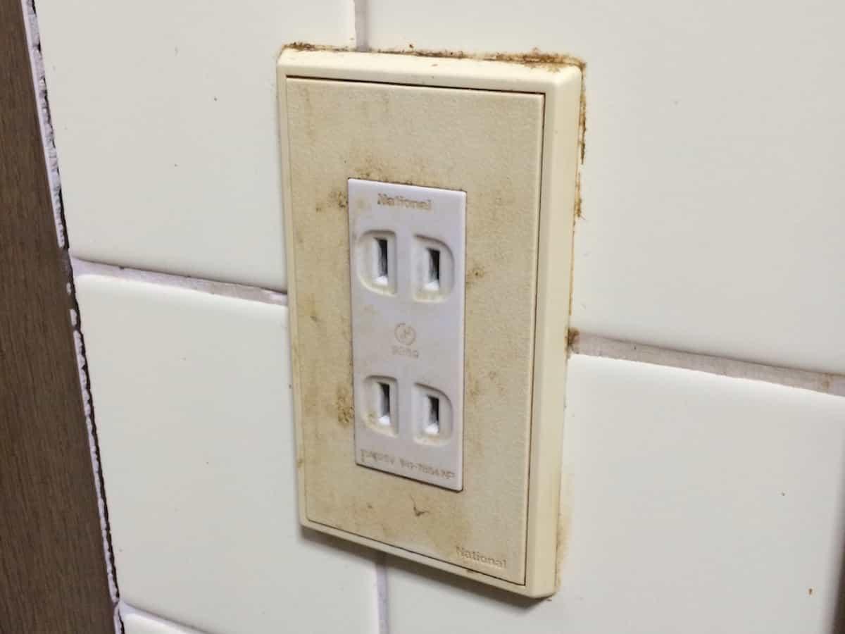 交換前の古い電気スイッチ・コンセントカバー(プレート・パネル・蓋)