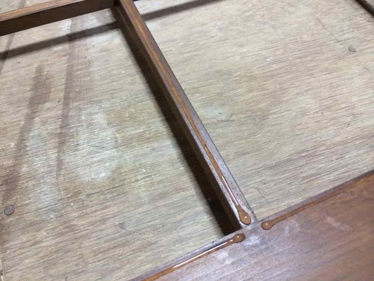 障子の木枠にハケノンでのり付けした様子