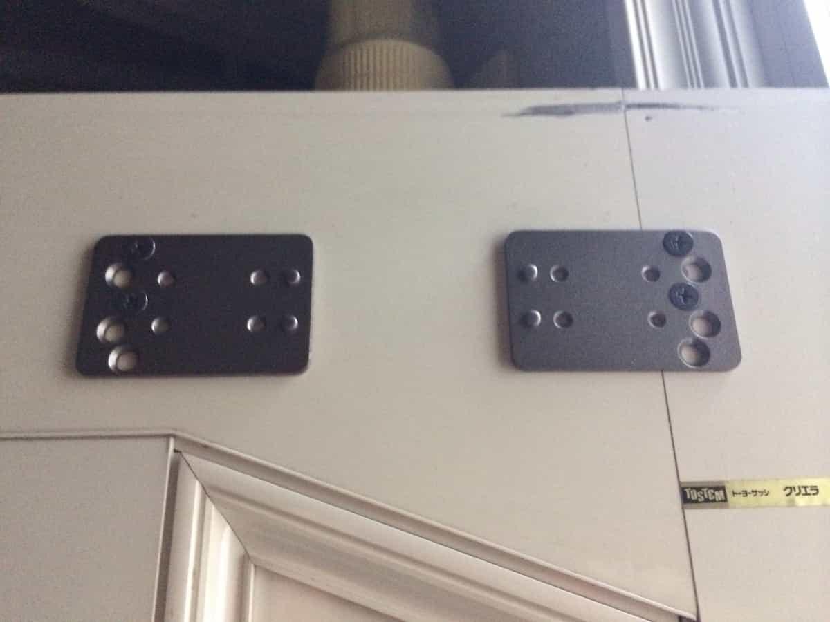 リョービ取替用ドアクローザーの土台部品を扉に取り付け3