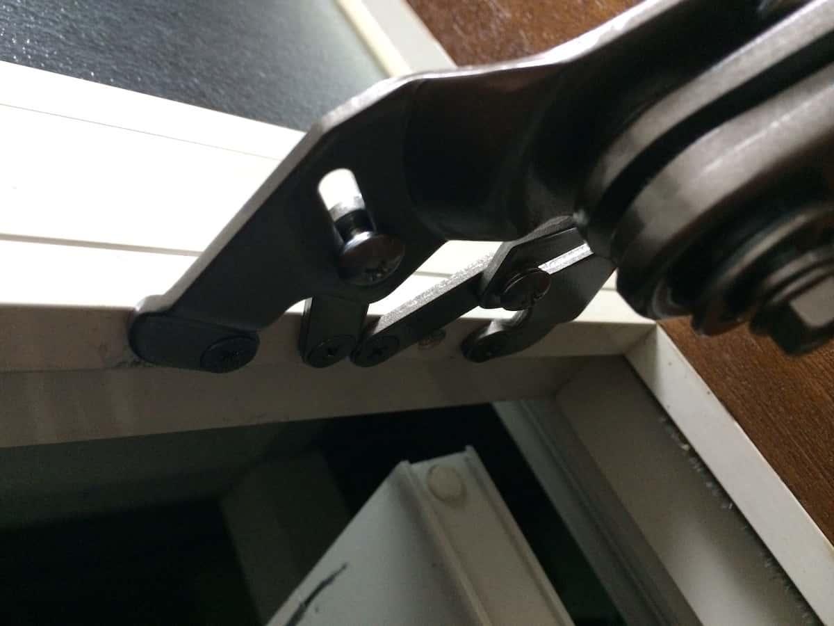 ドア枠へのリョービ取替用ドアクローザーの部品の取り付け