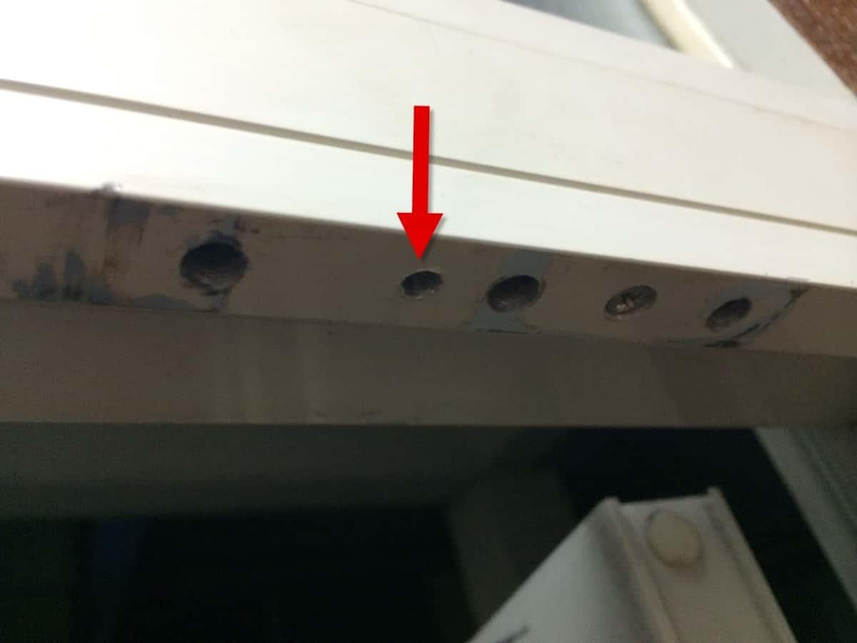 リョービ取替用ドアクローザー同梱の穴あけ用ネジでアルミサッシにあけた穴