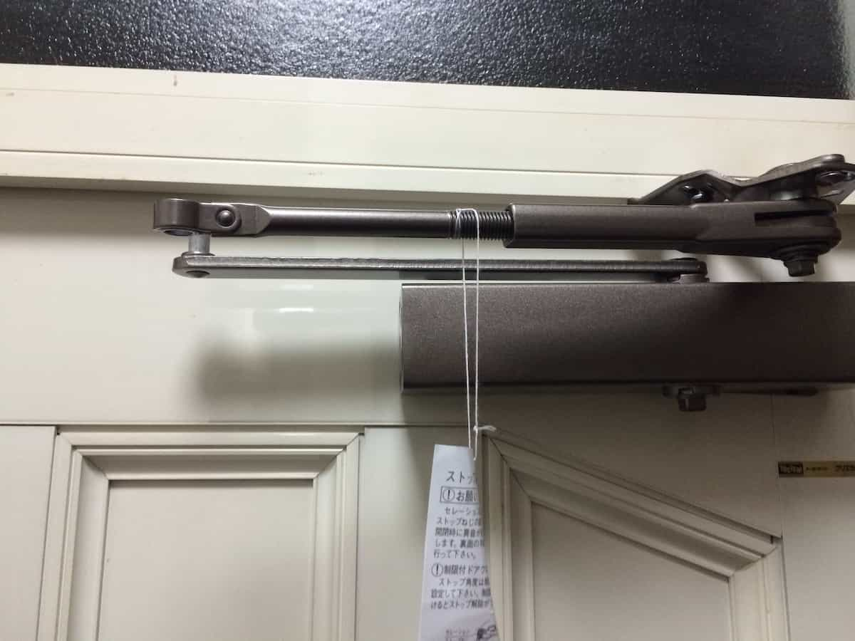 リョービ取替用ドアクローザーの本体部品とアーム部品の接続前の様子