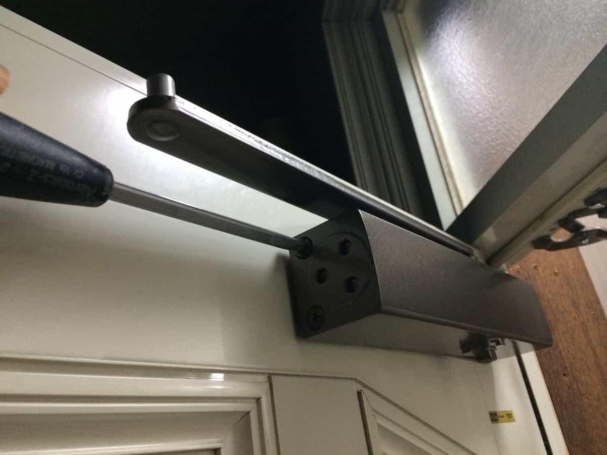リョービ取替用ドアクローザーの本体部品をネジ止めして扉に固定