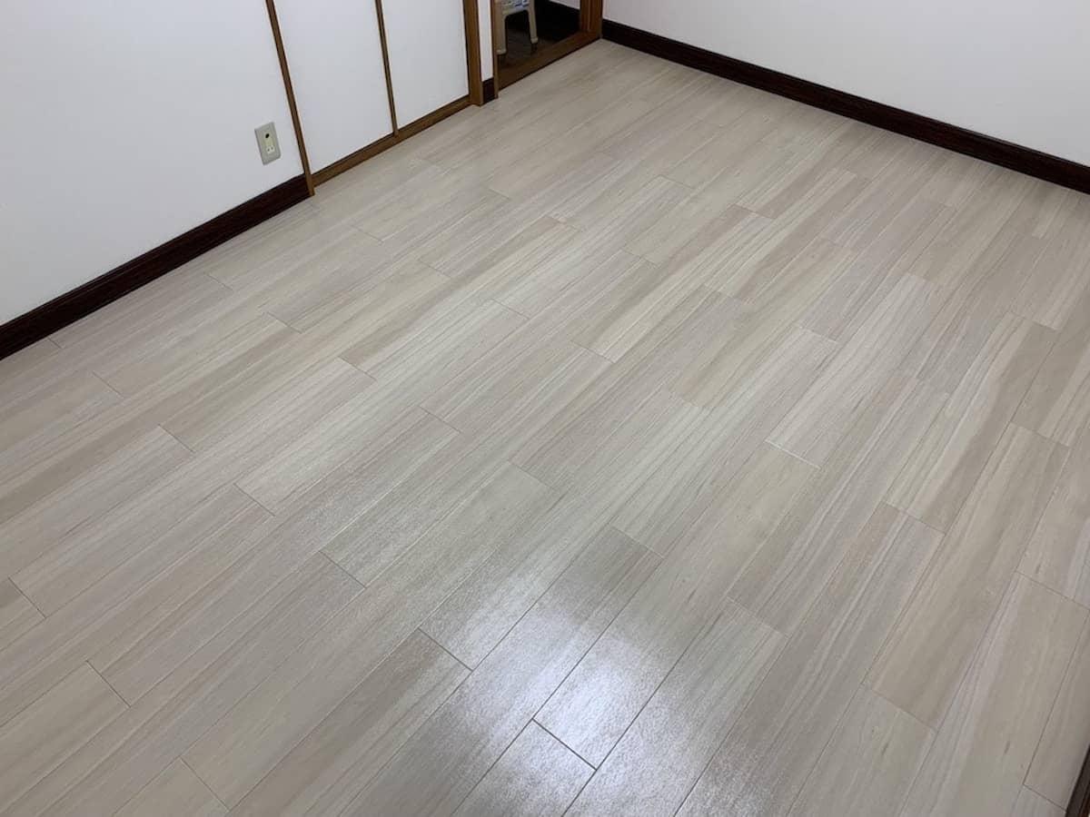 東リのロイヤルウッドのフロアタイル(塩ビタイル・プリントタイル)をDIYで貼ったあとの洋室のフローリング床