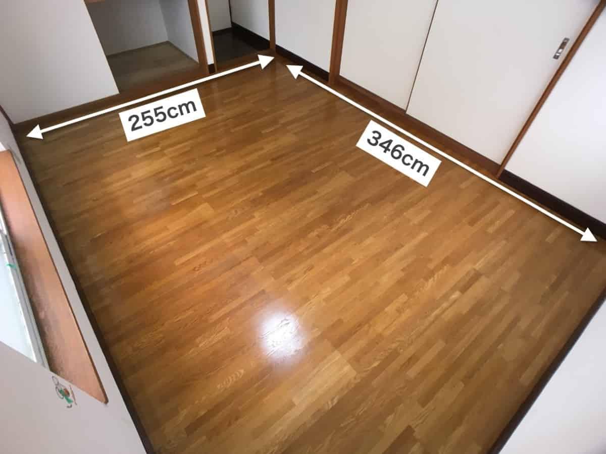 フロアタイルを貼り付ける先の床の大きさを測る