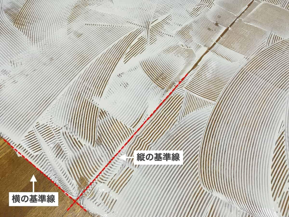 フロアタイル専用接着剤のエコAR600をクシ目ゴテで塗るときは基準線が隠れないように注意する