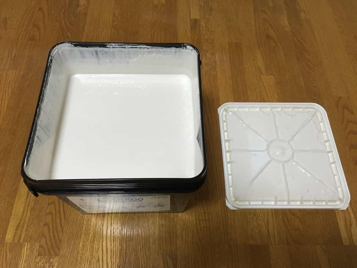 東リのプリントタイル(塩ビタイル・フロアタイル)専用接着剤(エコAR600)の接着剤の様子