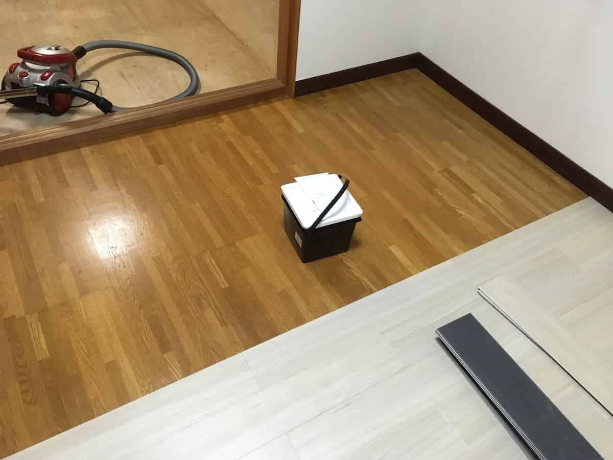 床の半面に接着剤を塗る
