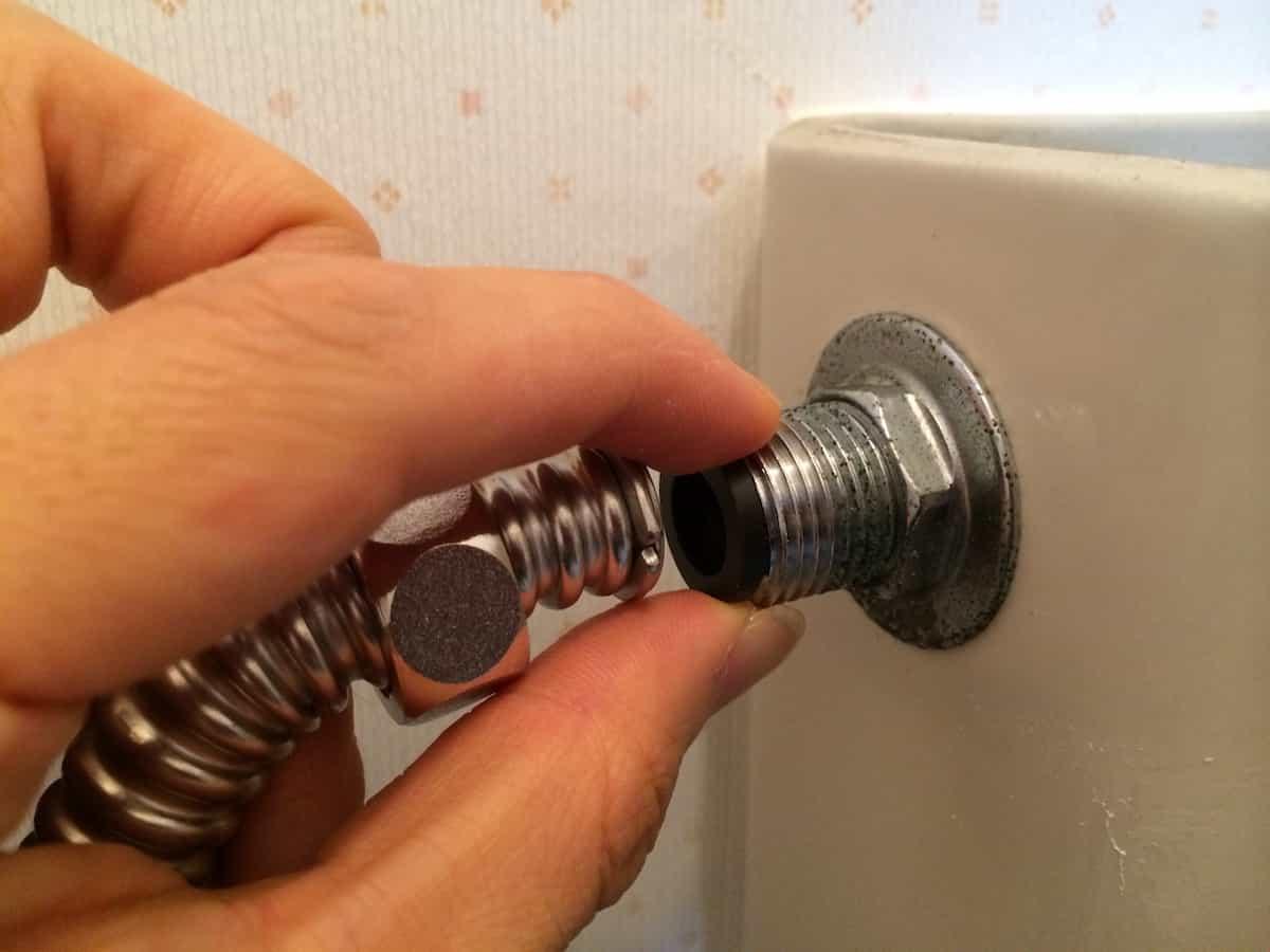 トイレタンクの接続部分にゴムパッキンを入れる