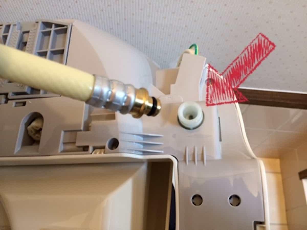 温水洗浄便座の裏面に給水ホースを接続する