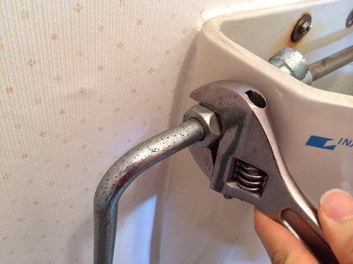 トイレタンクの水道管を分解する様子