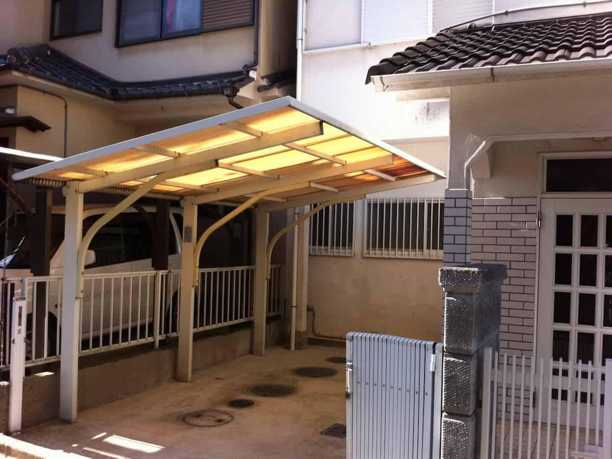 DIYで交換リフォームする前のカーポートの屋根の古くて黄ばんだ波板
