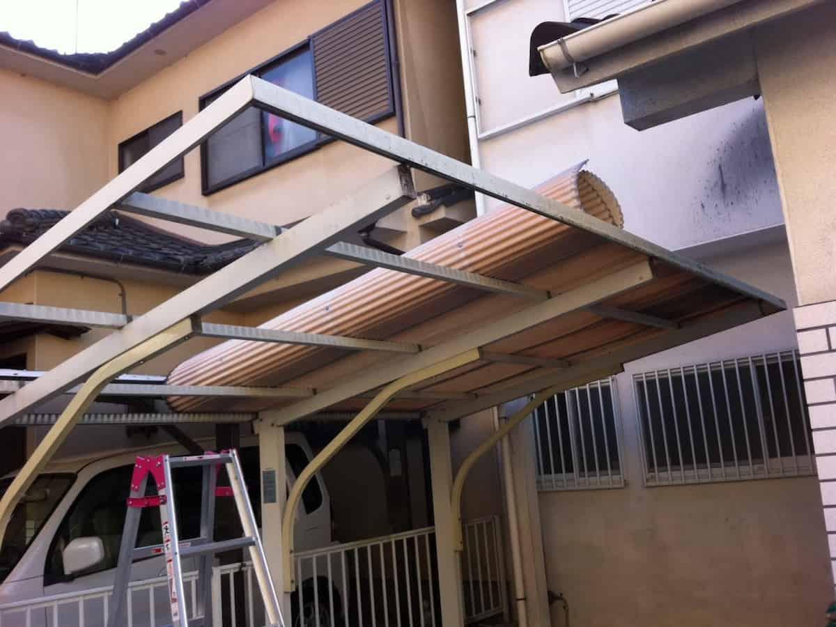 カーポーのの屋根の古い波板を取り外す様子