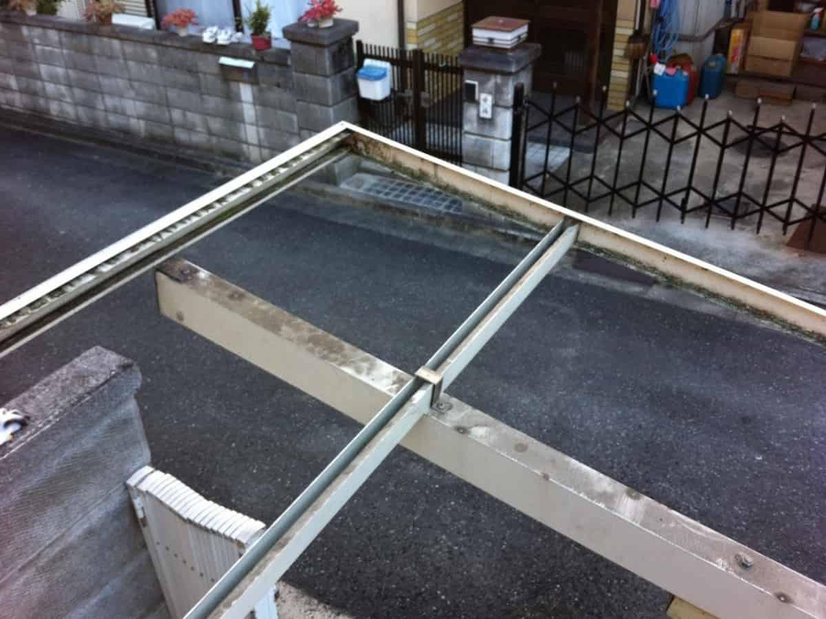 掃除する前のカーポートの波板を取り付ける骨組み