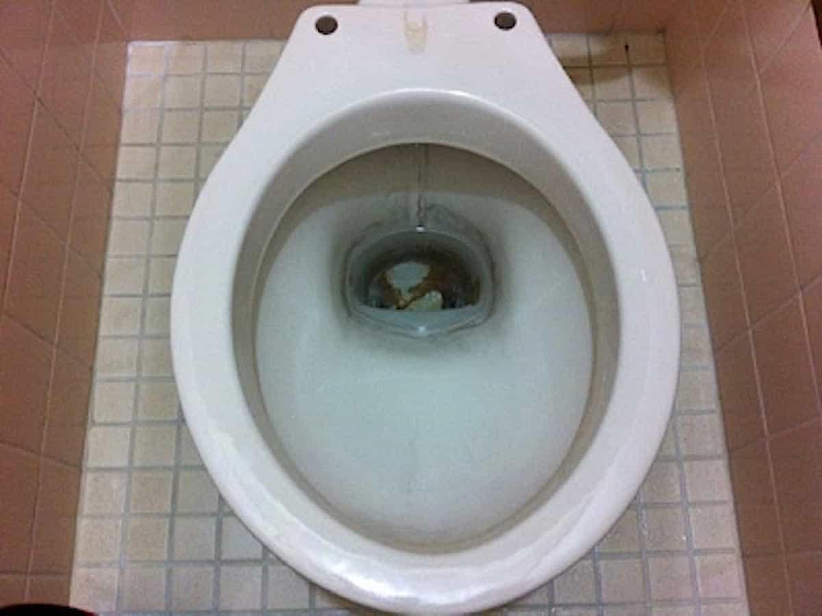 便器にこびりついた茶色い汚れ(尿石)
