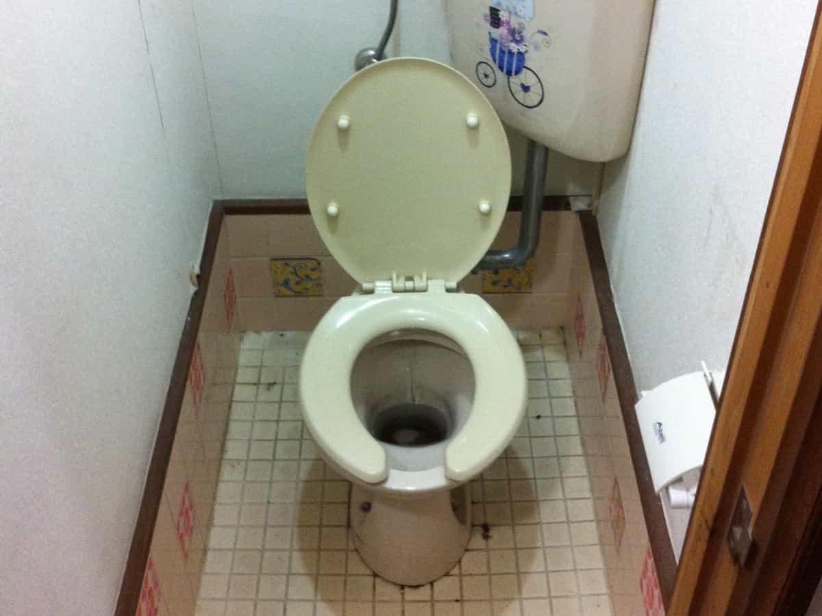 尿石掃除をする前の貸家のトイレ