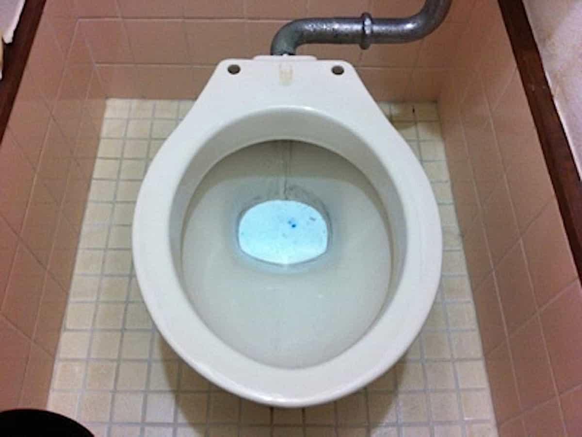 トイレ洗浄中を尿石汚れに試す様子