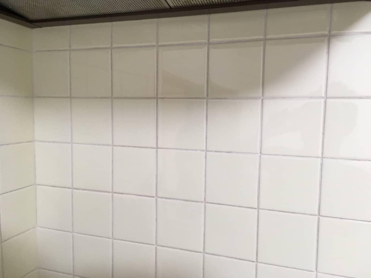 作業前の油やカビで汚れたキッチンのタイル目地