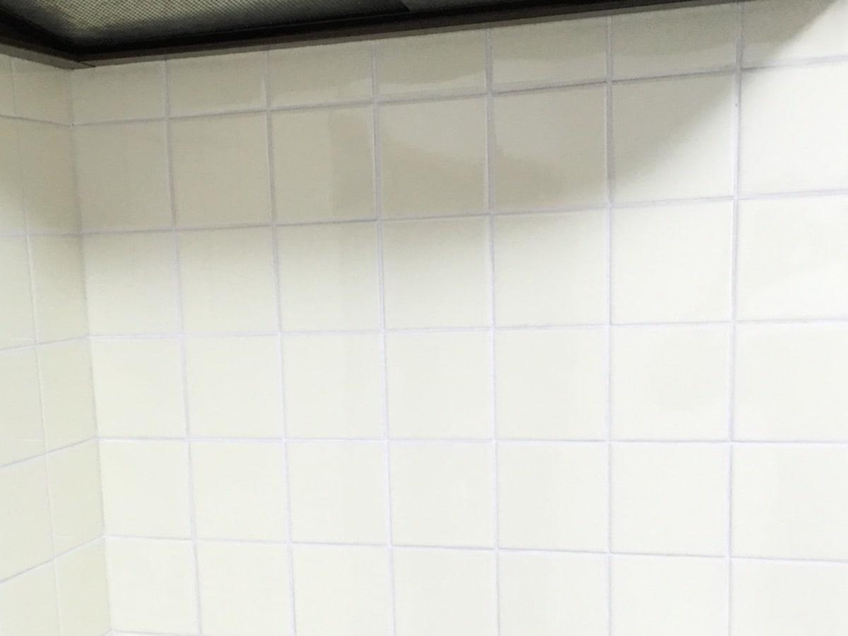 メジマーカー(メジペインター)で白く塗ってきれいになったキッチンのタイル目地