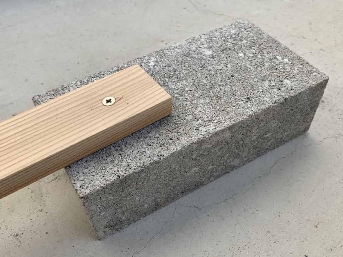 電動ドリルで穴あけして木材を固定(ネジ止め・ビス止め)したコンクリートブロック