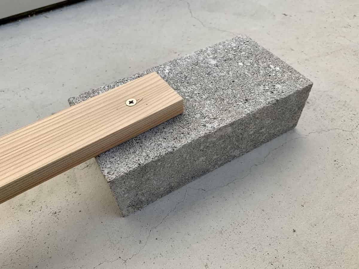 コンクリートブロックに木材をネジ止めした様子