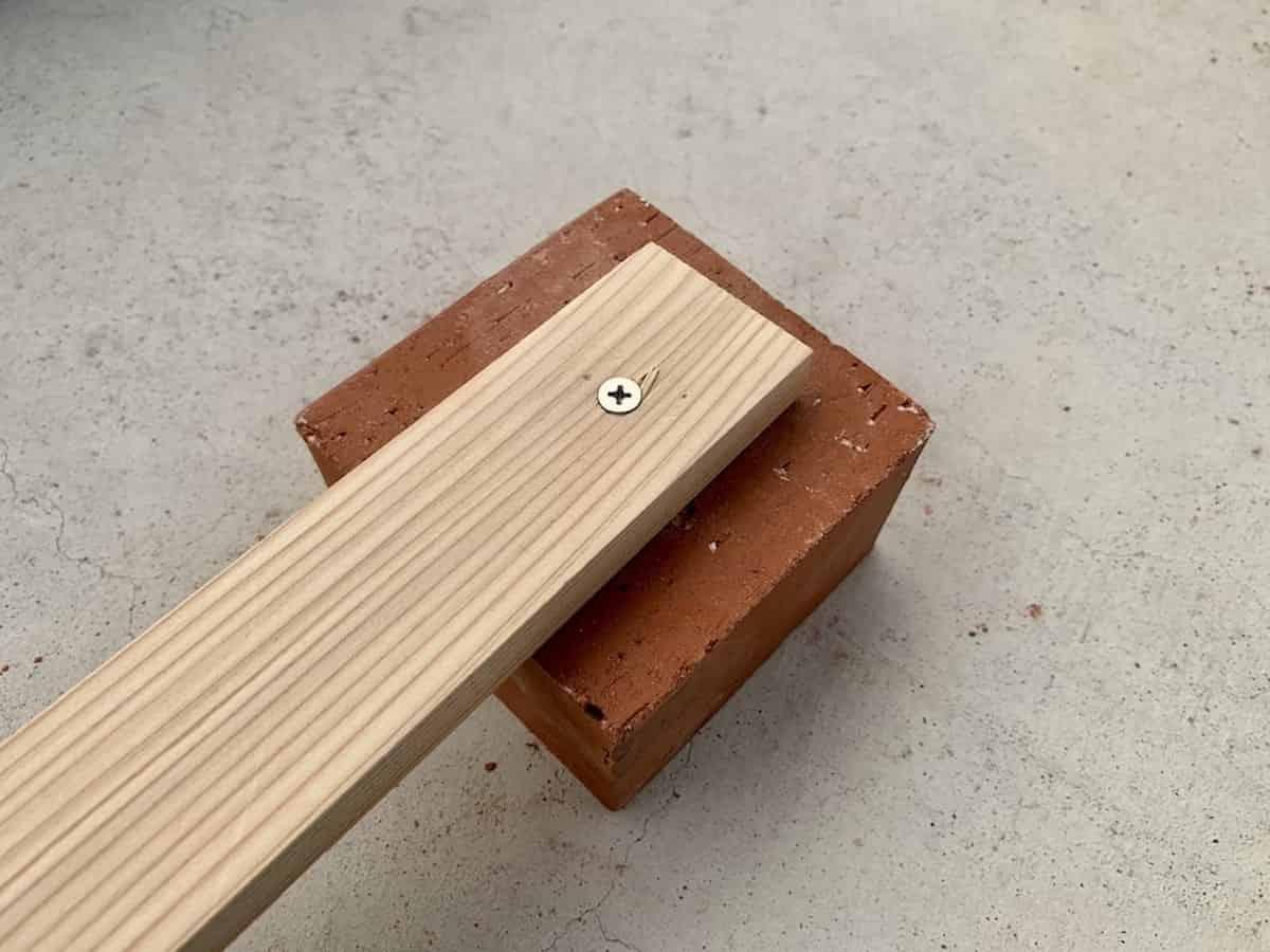 電動ドリルで穴あけして木材を固定(ネジ止め・ビス止め)したレンガブロック