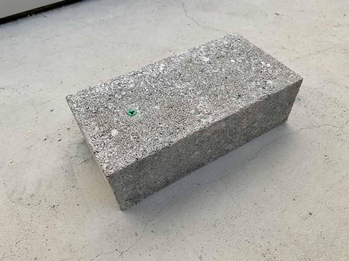 コンクリートブロックにカールプラグを挿入した様子