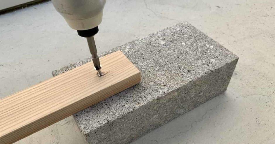 コンクリートやレンガ、ブロック塀に穴あけしてネジ止めする方法