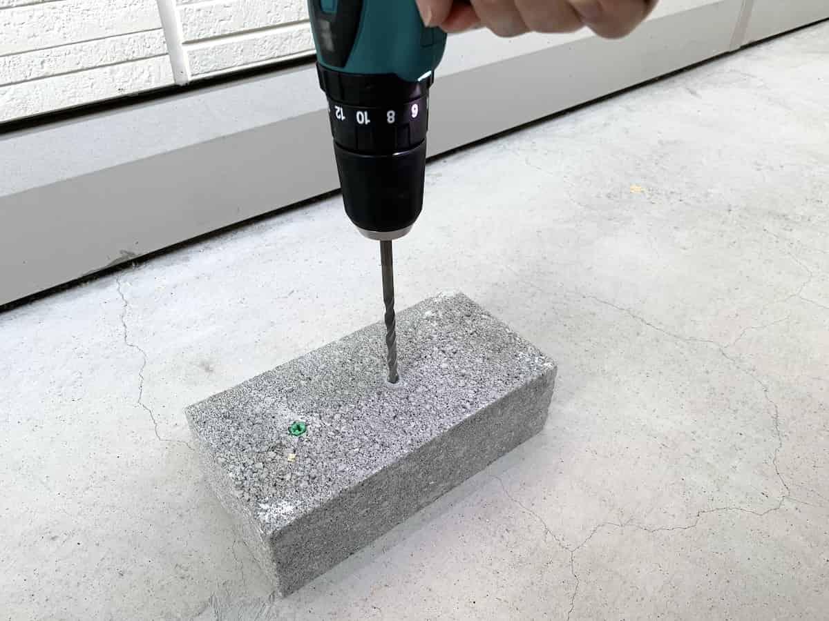 マキタ10.8V震動ドリルドライバのドリルモードでのコンクリートブロックの穴あけ