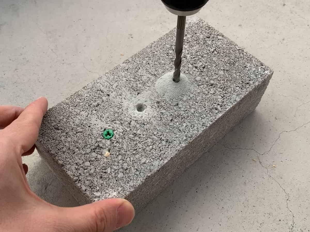電動ドリルドライバーの振動ドリルモードでコンクリートブロックを穴あけする様子
