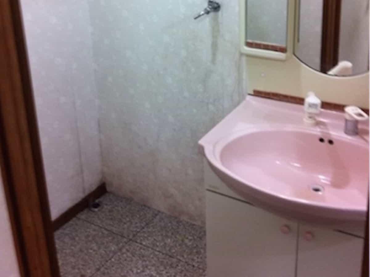 汚れた洗面所の洗面化粧台