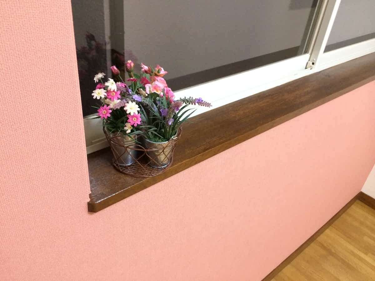 洋室の窓においた造花1