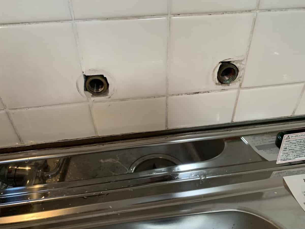 壁付きタイプのシングルレバー混合栓を取り外したあとの様子