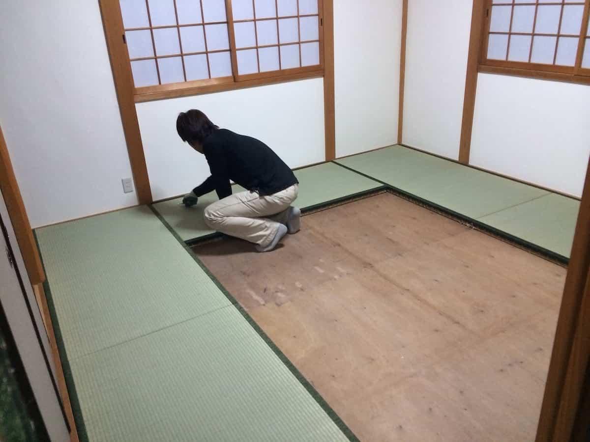 業者さんが畳を敷き詰める様子