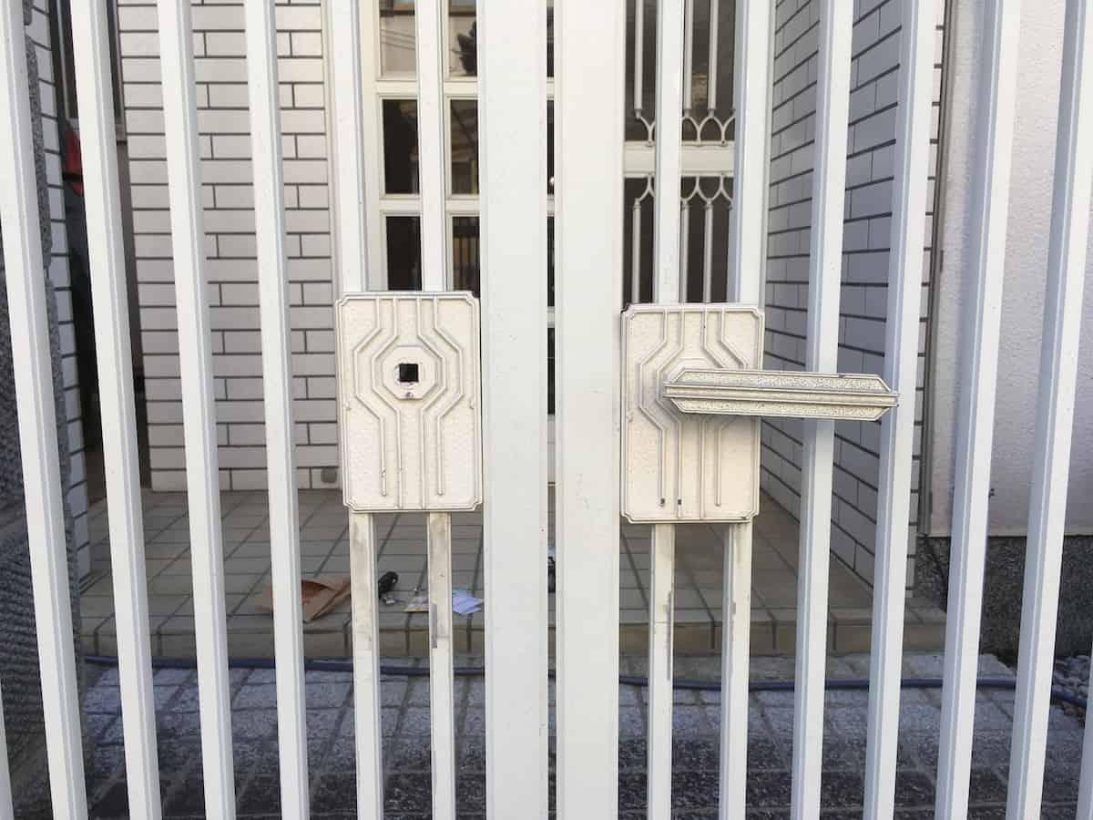 取っ手の一部がないスプレー塗装前の門扉