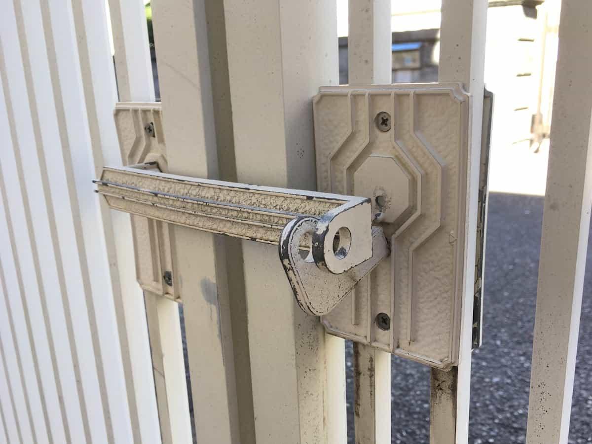 スプレーで塗装する前の門扉の取っ手・ハンドル