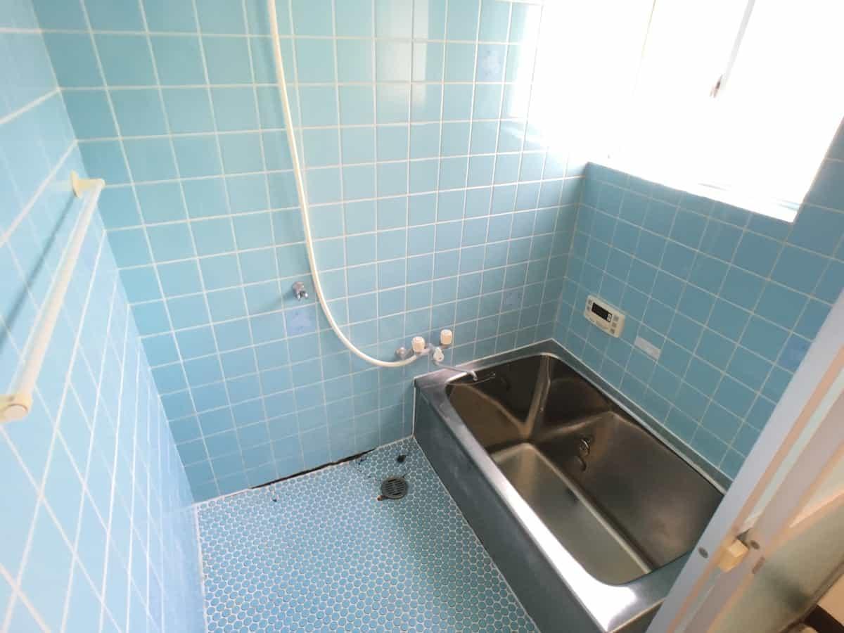 タイル張りのお風呂の壁と床に隙間が空いた様子